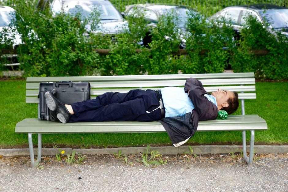 човек спи на пейка