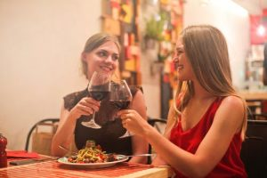 приятели и вино