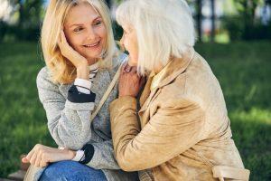 Баба и дъщеря си говорят