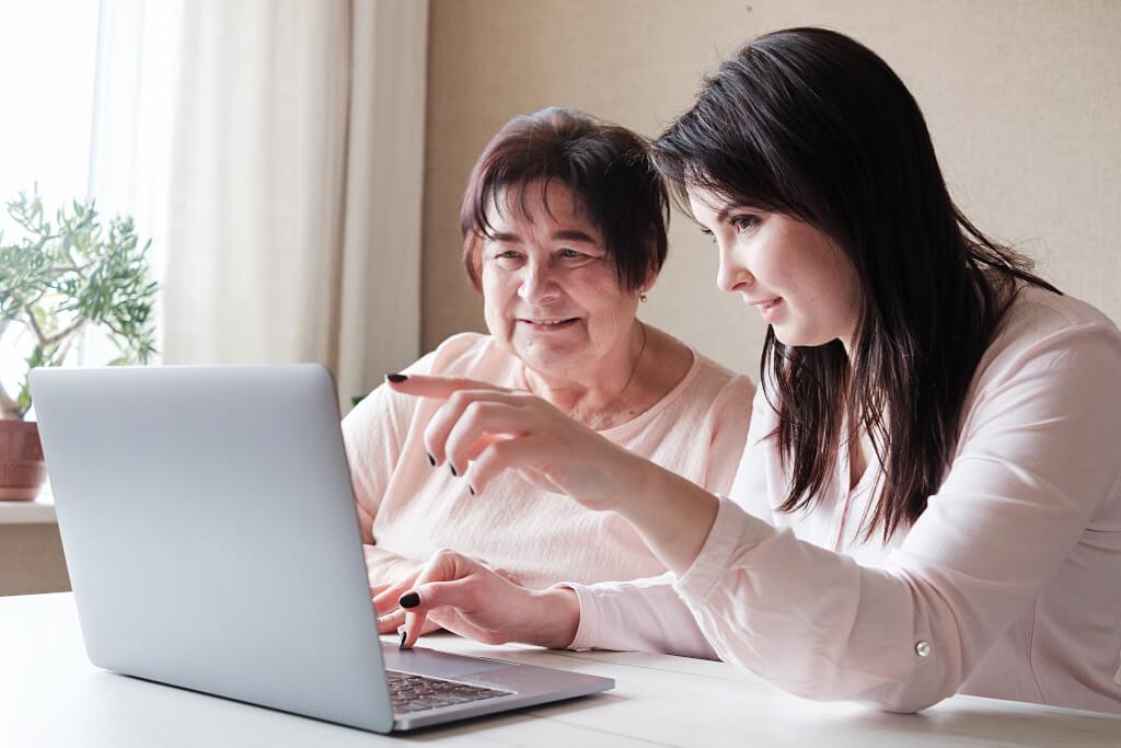 Дъщеря показва на майка си Зеолит на лаптоп