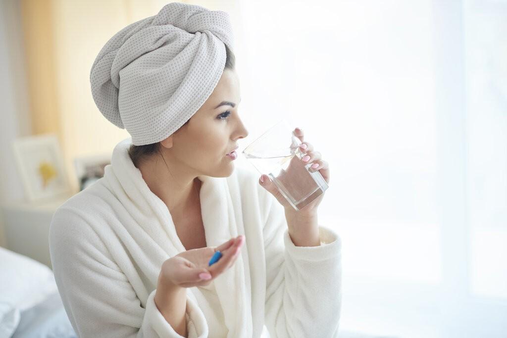 Жена приема пробиотик сутрин