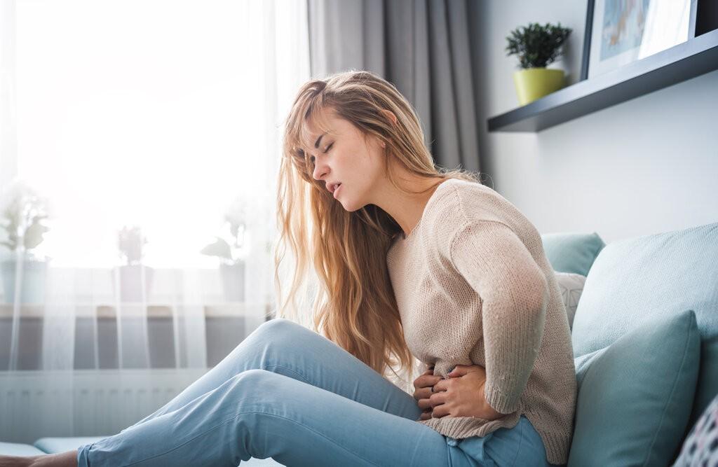 Жена с болки в стомаха