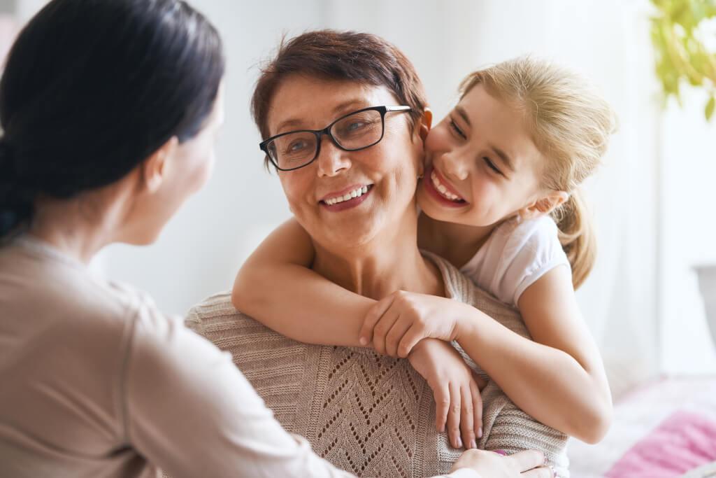 Внучка с баба си и майка си