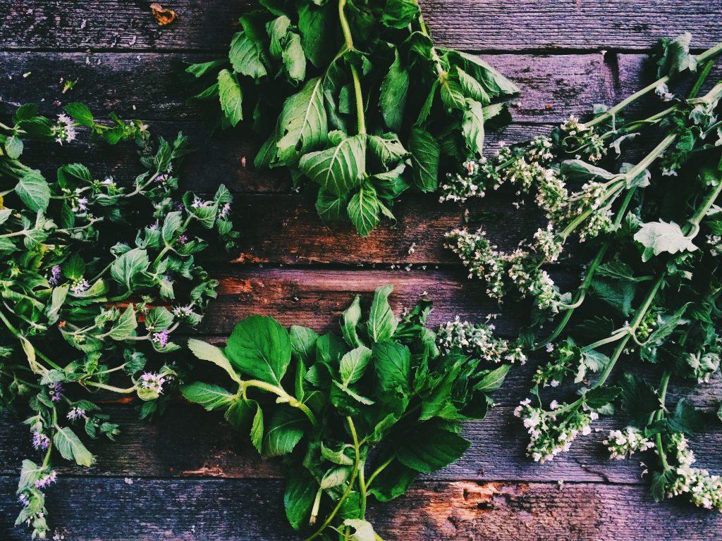 Няколко вида билки на дървена маса